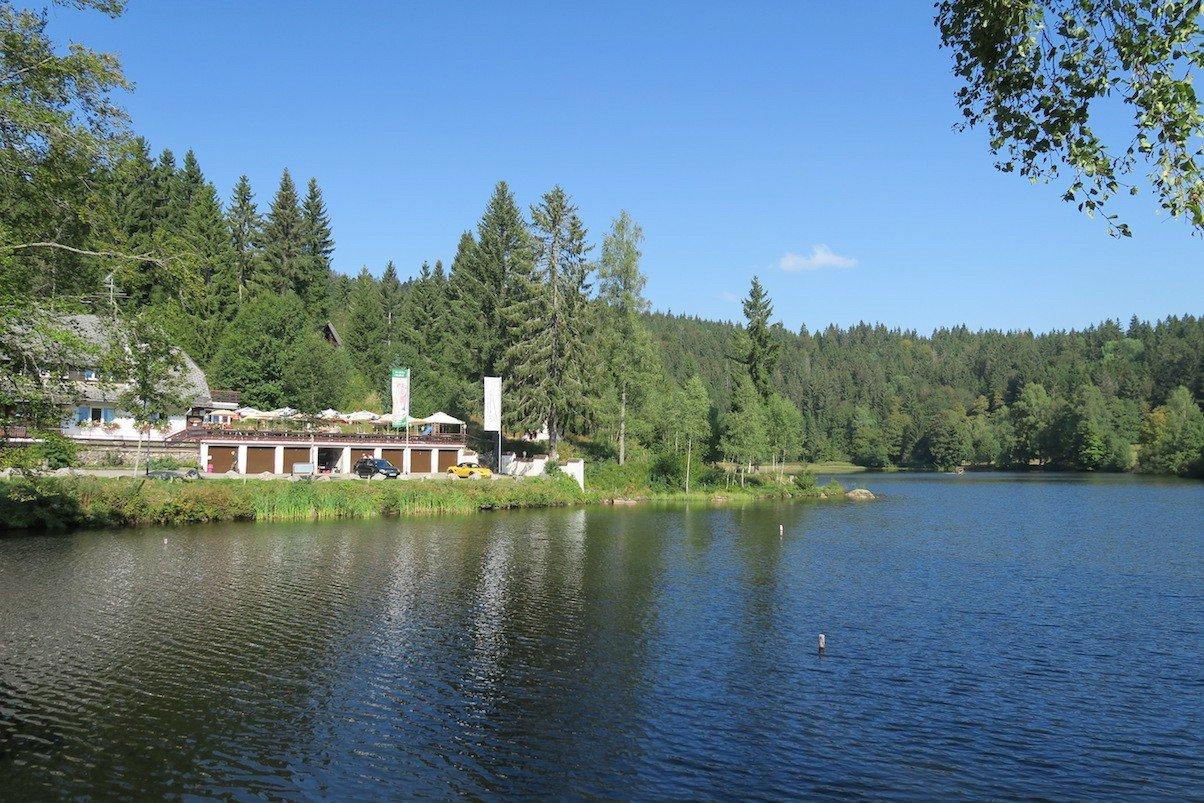 Der Klosterweiher mit dem Landgasthof Klosterweiherhof