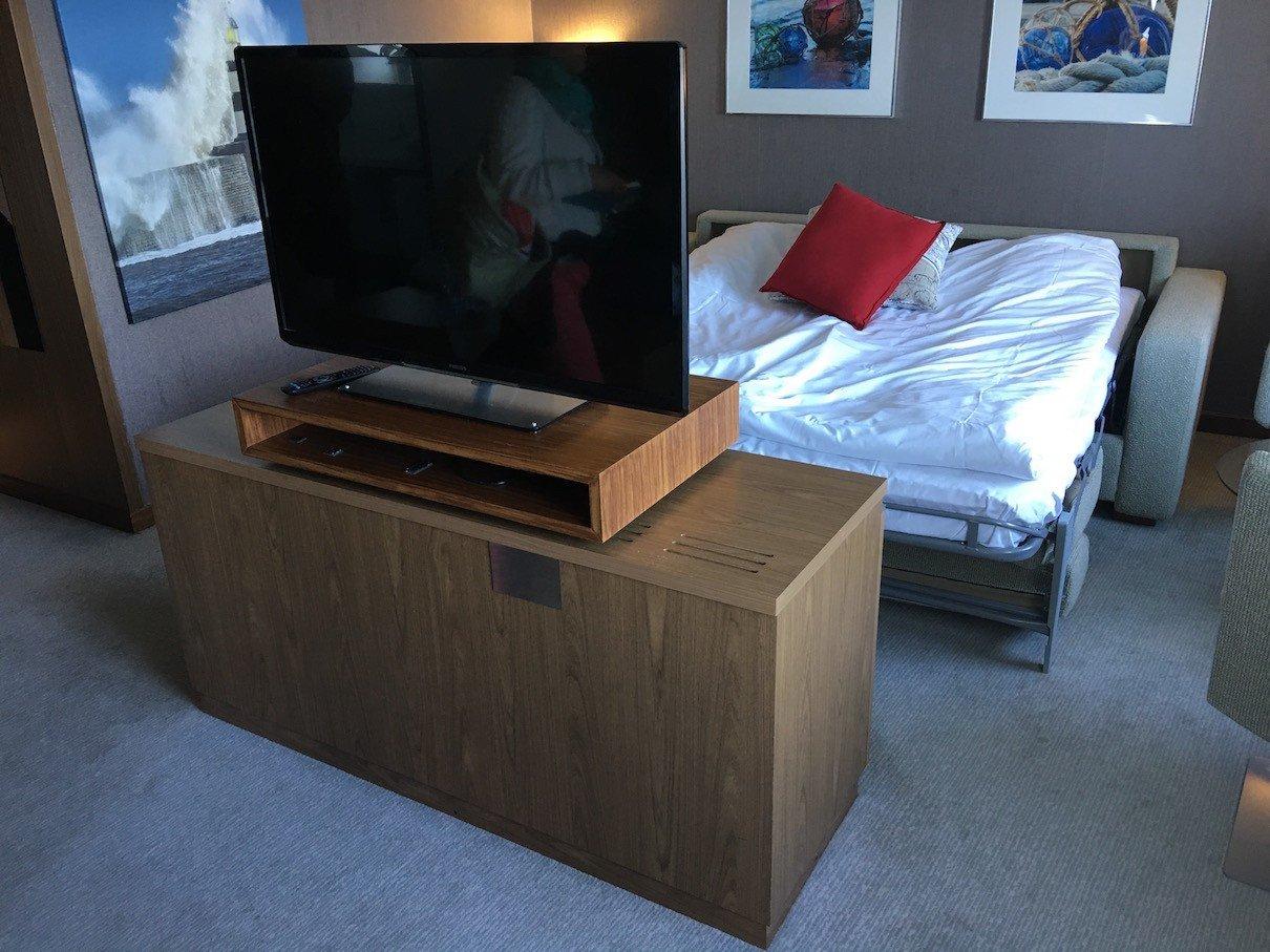 Das Sofa wurde als Bett hergerichtet, der große TV ist komplett drehbar in der Ownerssuite an Bord der Finnstar