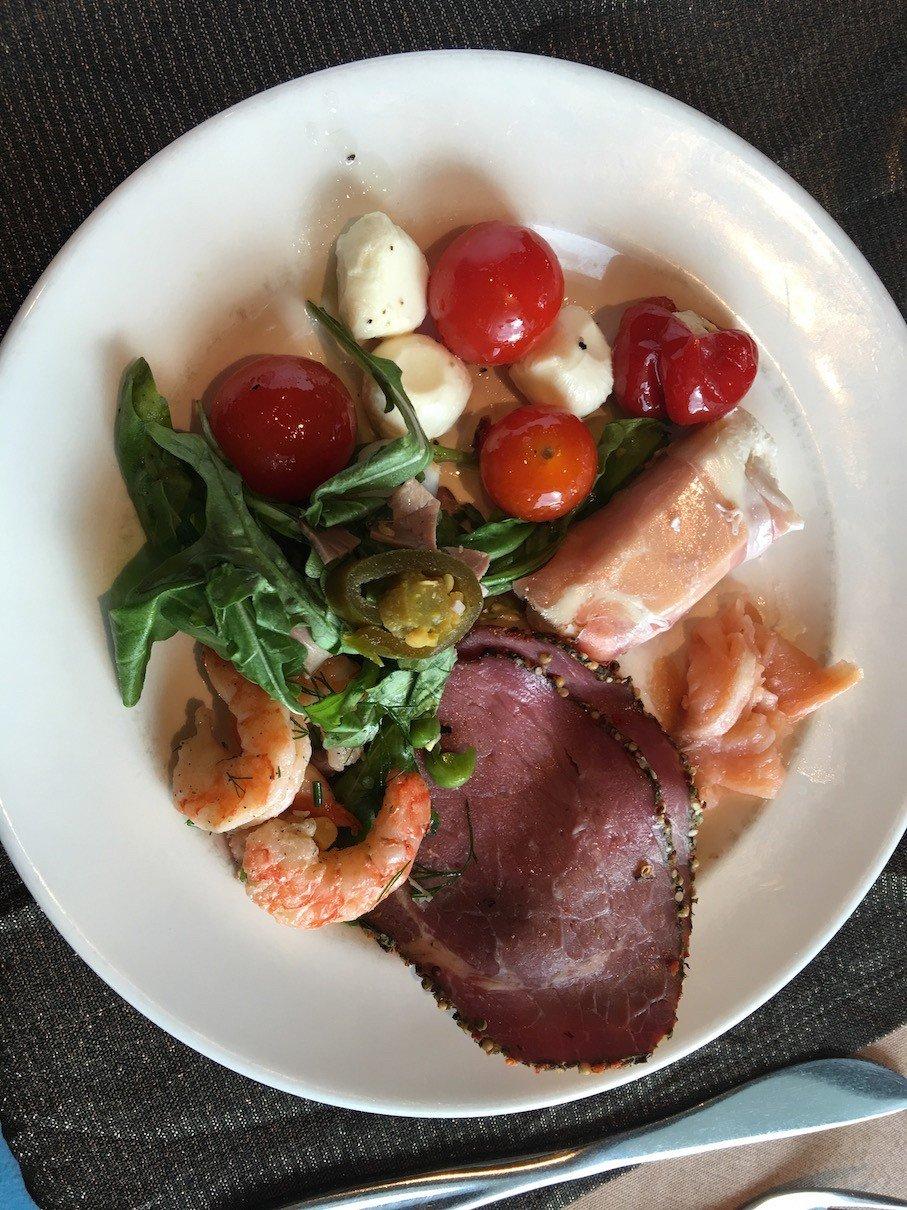 Ein Teller mit kalten Leckereien vom Superior Buffet an Bord der Finnstar
