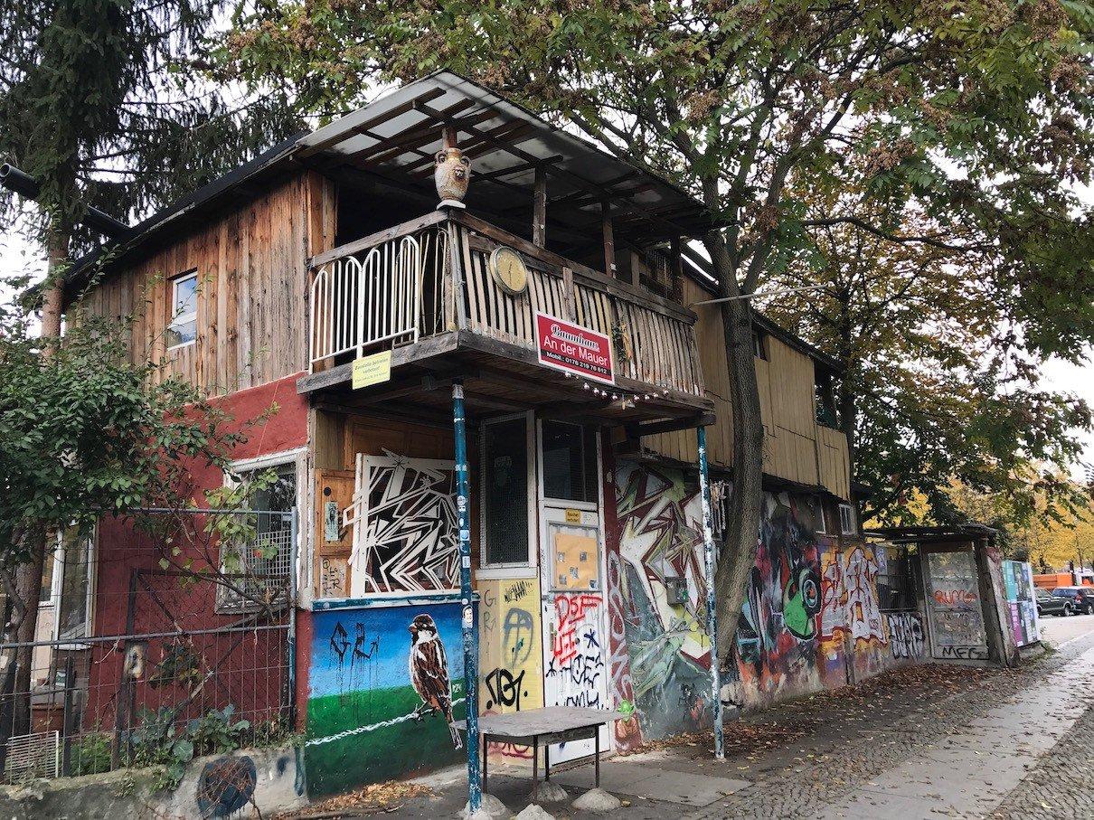 Das Baumhaus an der Mauer