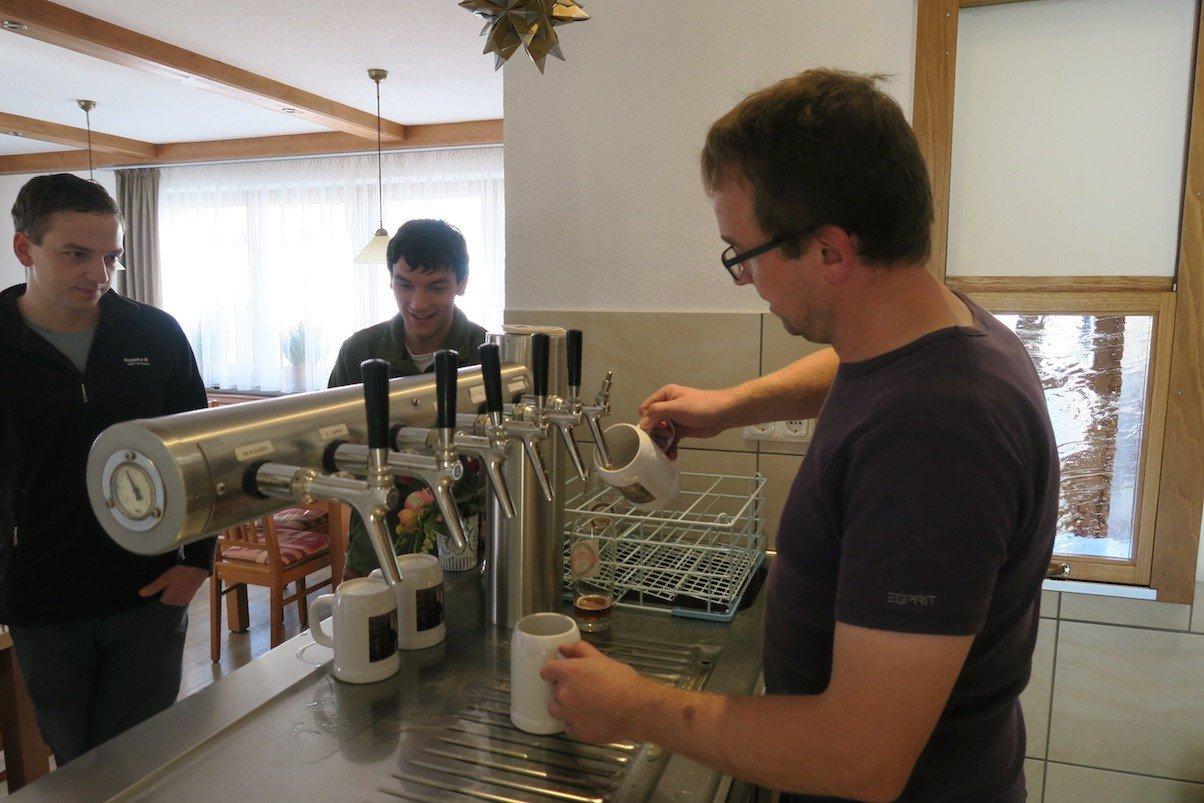 Bier kann auch direkt in die mitgebrachten Krüge der Jungengesellenabschieder gehen