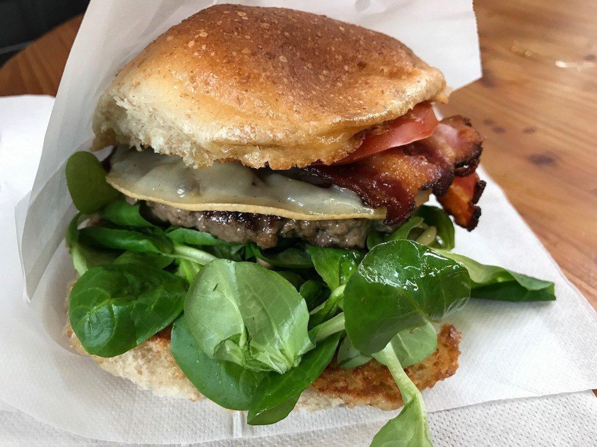 Cheeseburger mit Bacon von Kumpel und Keule in der Markthalle IX Berlin