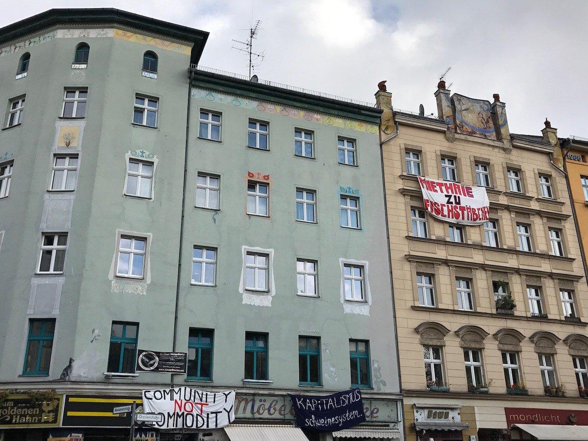 Häuser mit Transparenten am Heinrichplatz