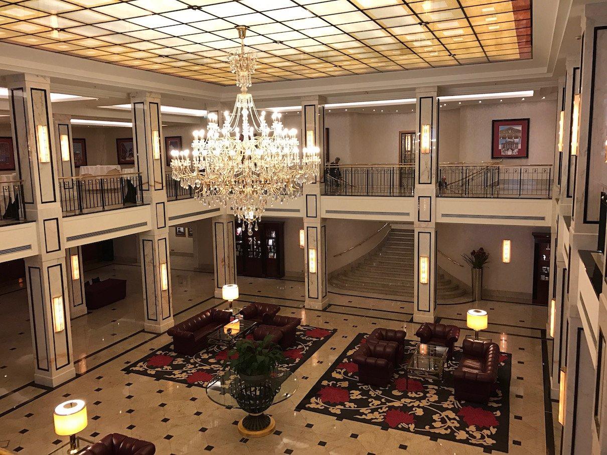 Halle im Maritim Hotel Berlin vom 1. Stock aus