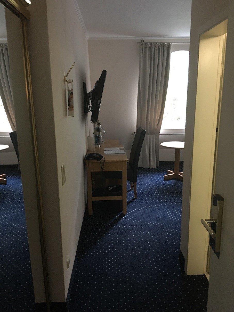 Der Blick ins Komfortzimmer 341 nach dem Öffnen der Zimmertüre im relaxa hotel Bellevue Hamburg