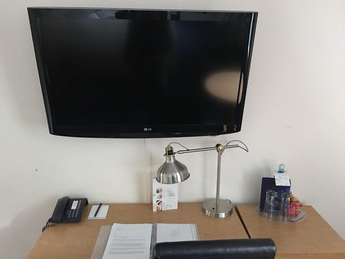 Schreibtisch und LCD-TV im Hotelzimmer