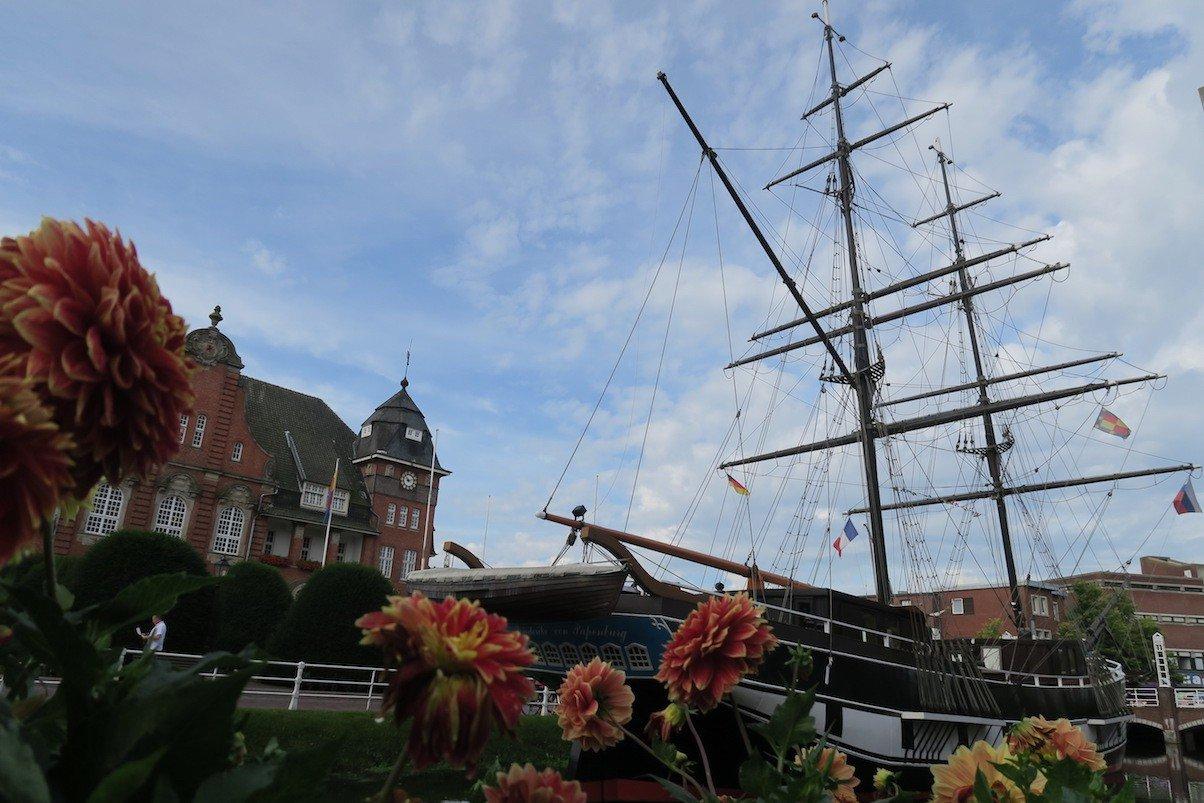 Die Brigg Friederike vor dem Papenburger Rathaus