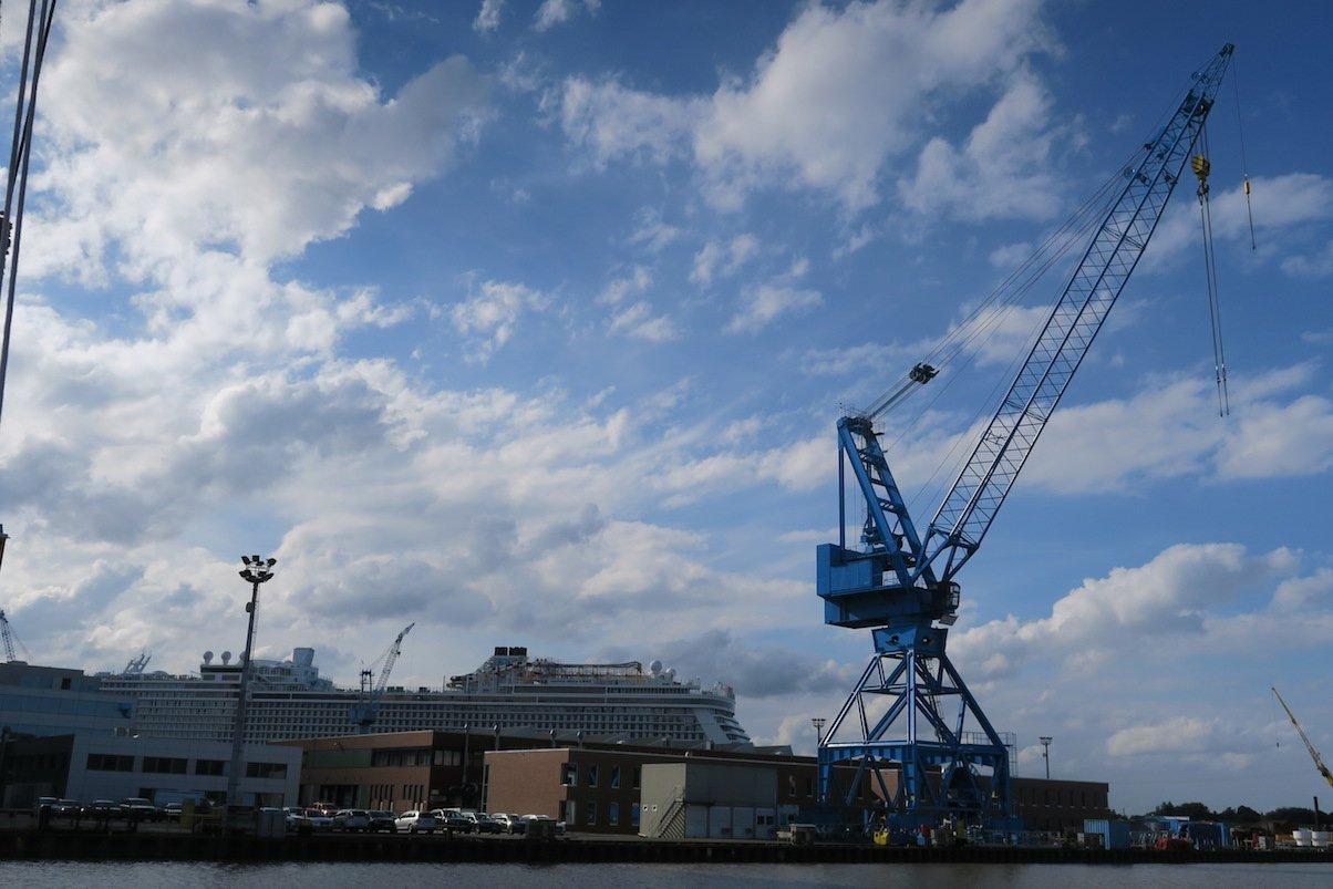 Anfahrt auf die Meyer Werft mit Kran und der Genting Dream