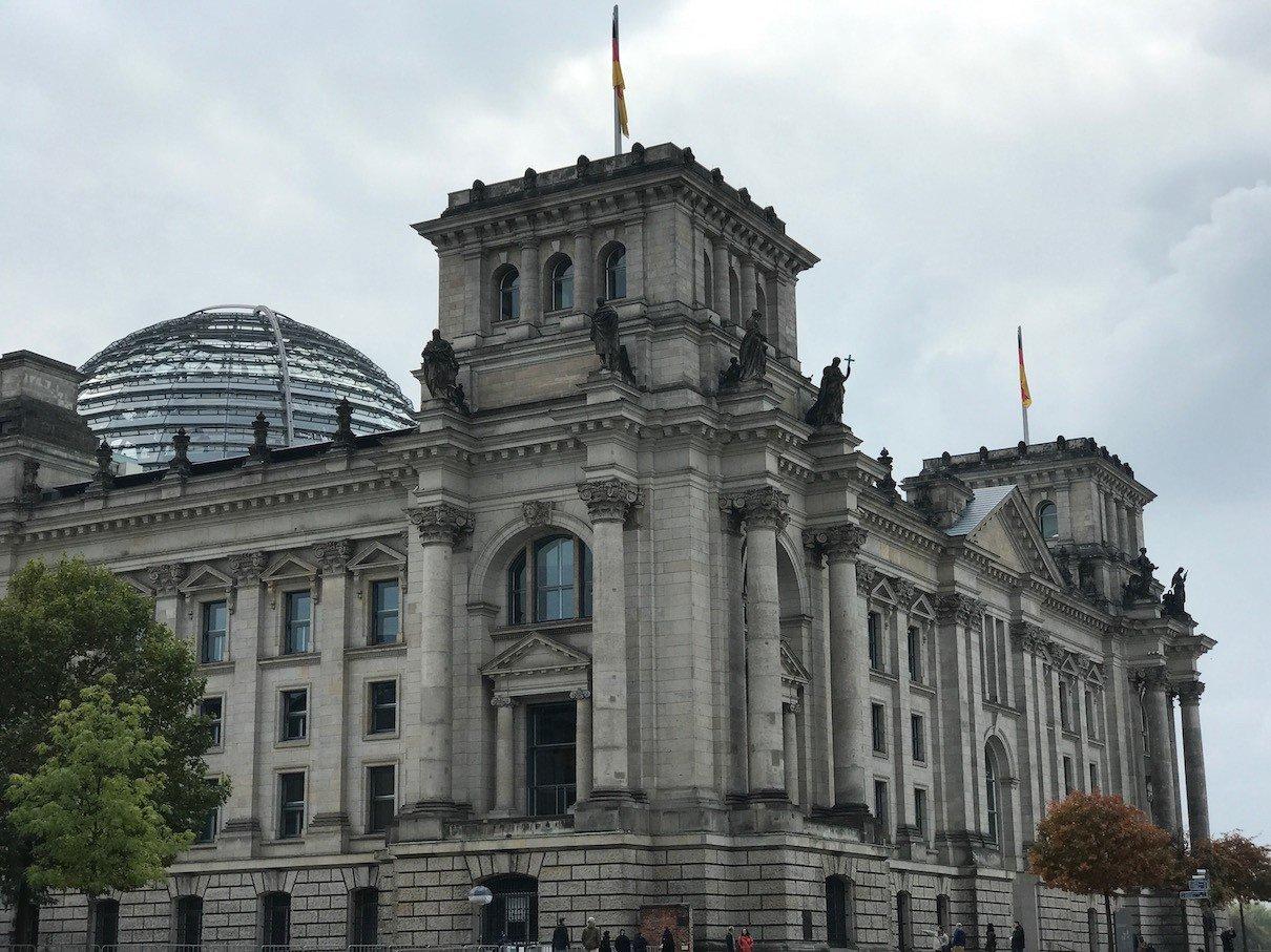 Reichstaggebäude Berlin von der Spree aus