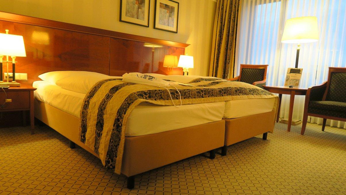 Mein Superiorzimmer im Maritim Hotel Berlin bei abendlicher künstlicher Beleuchtung