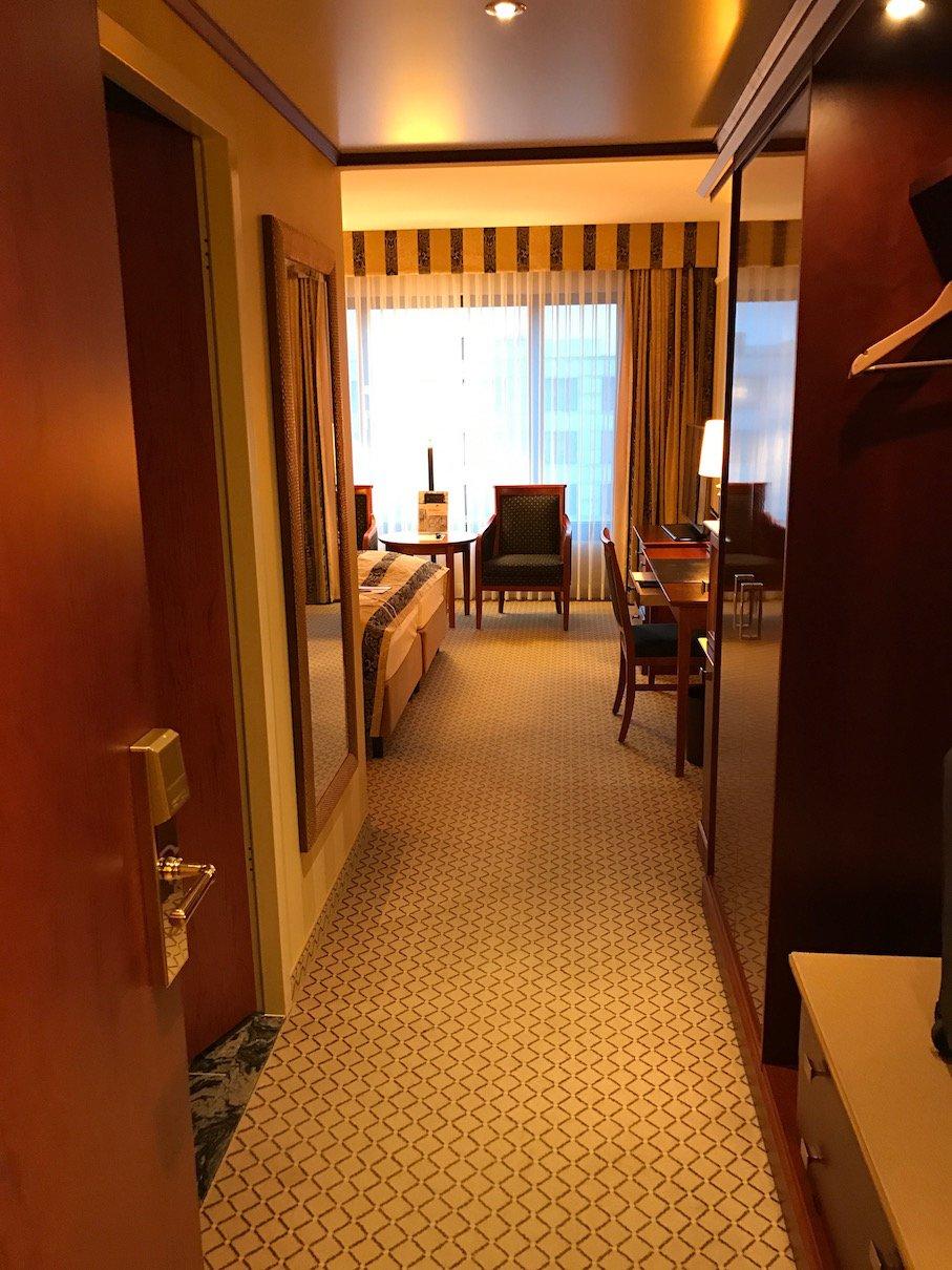 Der erste Blick ins Superiorzimmer beim Öffnen der Türe im Maritim Hotel Berlin