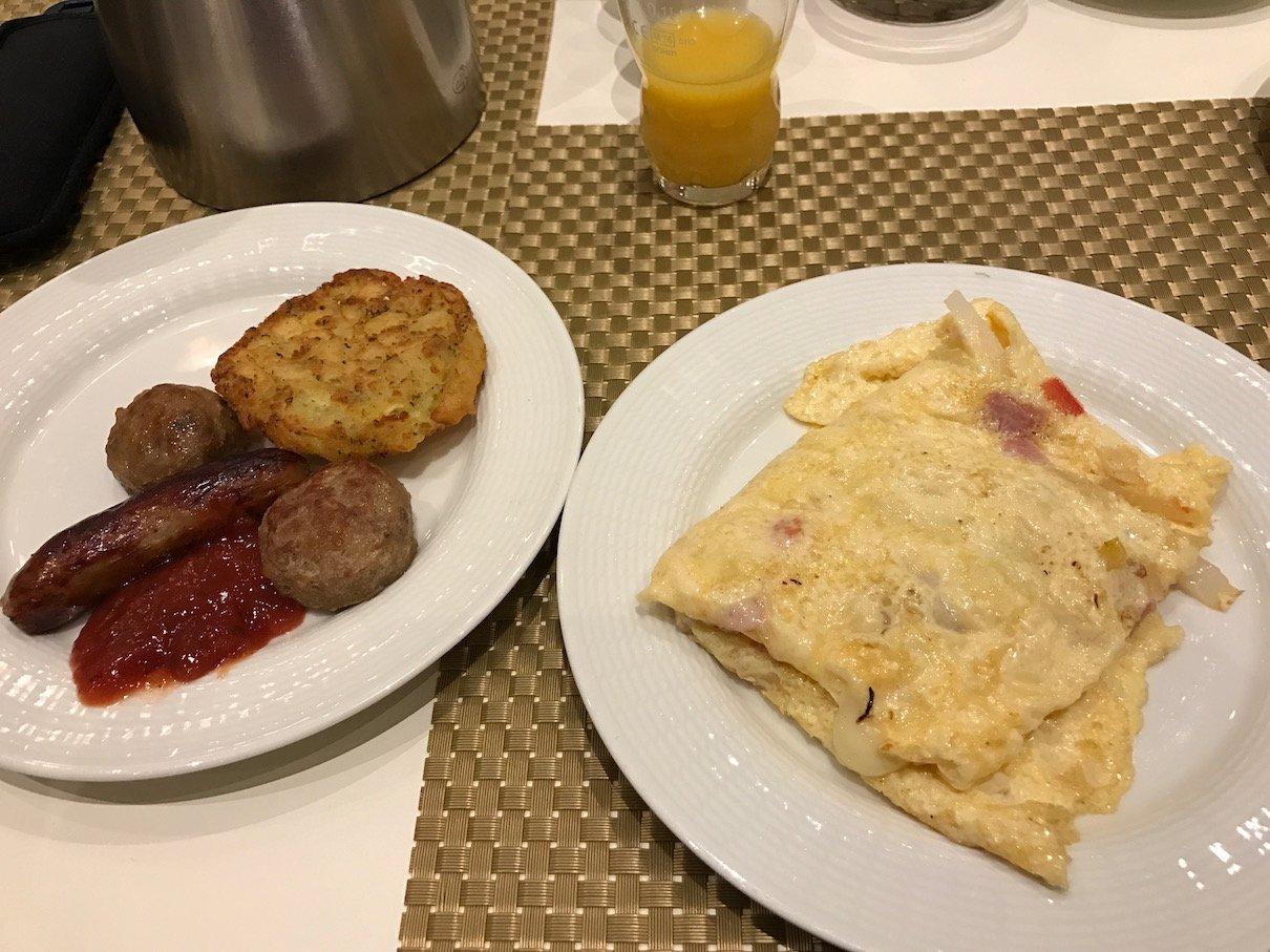Das leckere frische Omelette und ein weiterer Teller von mir Gierschlund im Maritim Hotel Berlin