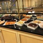 Trockenobst für das Müsli und Muffins hat es auch zum Frühstücken im Maritim Hotel Berlin