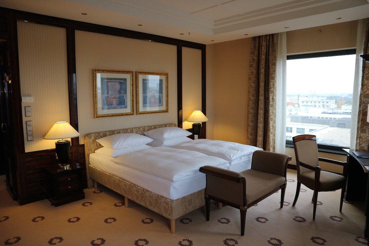 Eines der beiden Schlafzimmer in der Präsidentensuite im Maritim Hotel Berlin (Foto: Gesine Hermann)