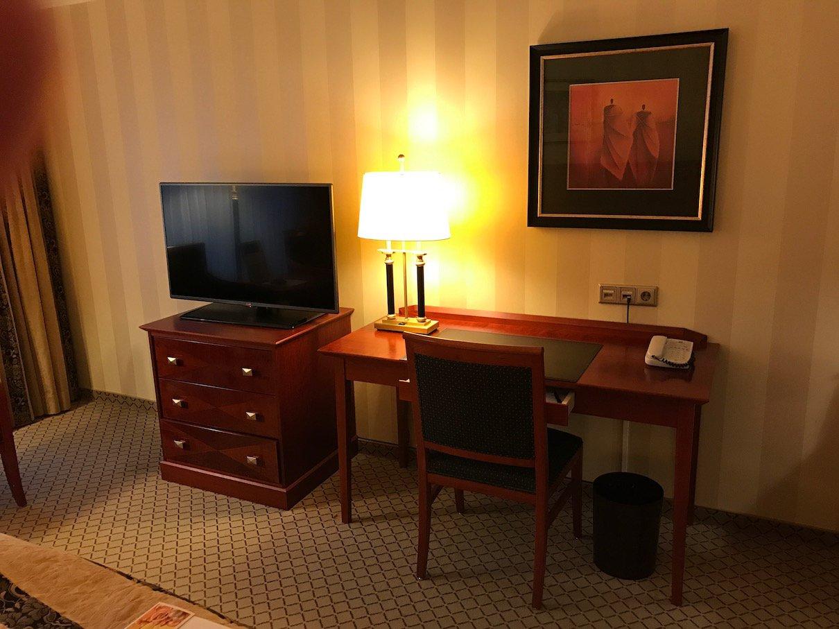 Schreibtisch in meinem Superiorzimmer im Maritim Hotel Berlin