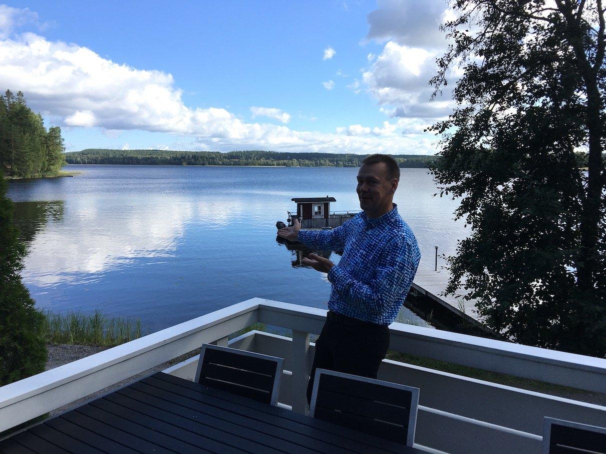 Ari Yrjölä auf der Terasse des Gemeinschaftshauses seines Ressorts Lehmonkärki