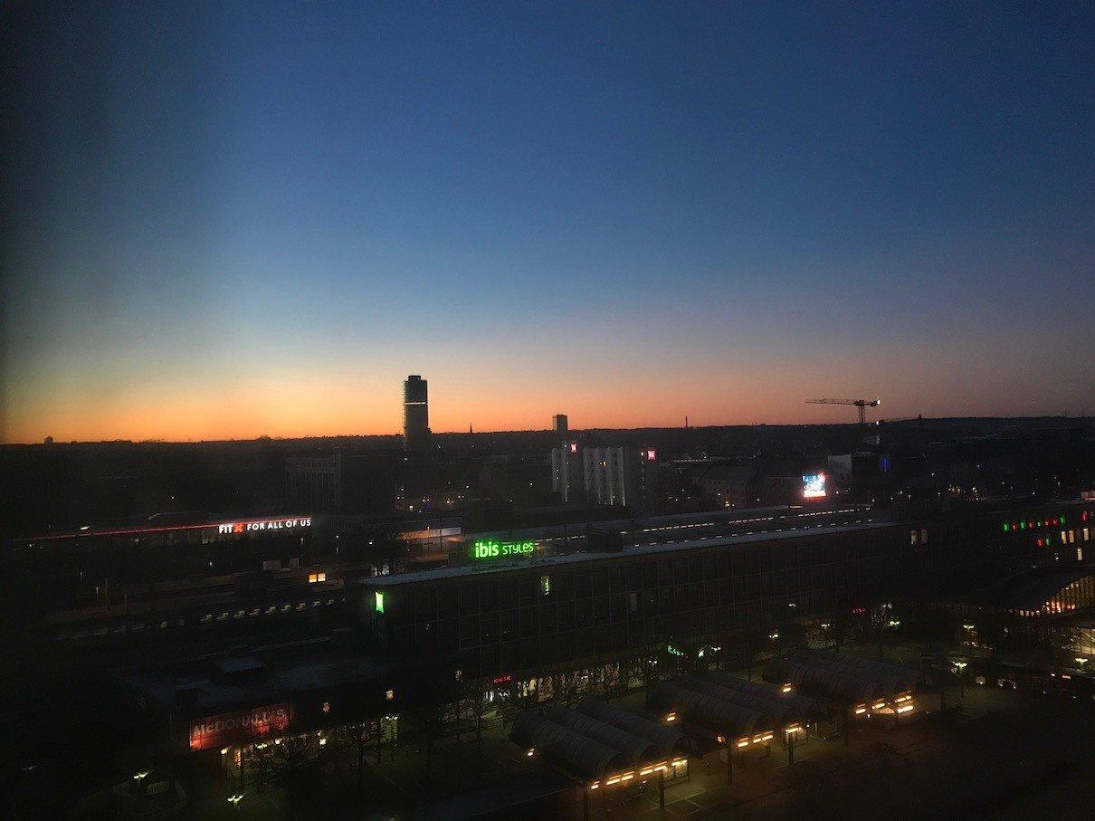 Langsam erhebt sich die Sonne über Bochum