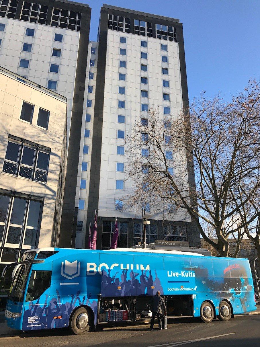 Der BochumExpress vor dem Mercure Hotel Bochum City