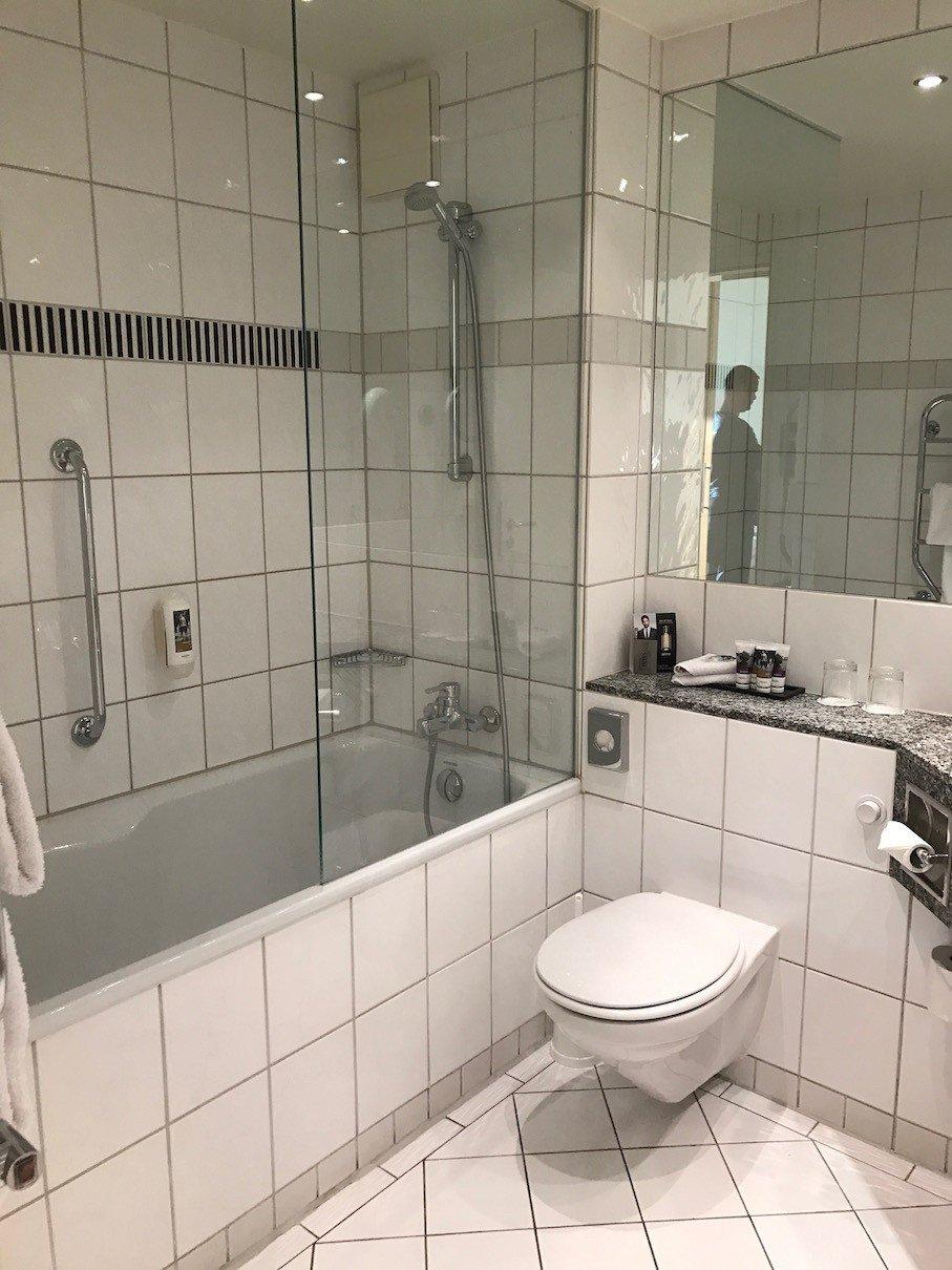 Bad mit großer Badewanne