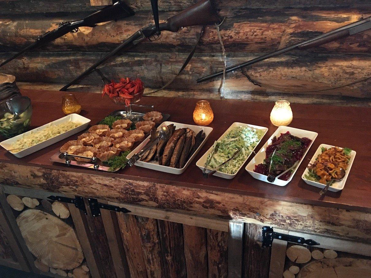 Teil des Buffets in der Jagdhütte zum Dinner