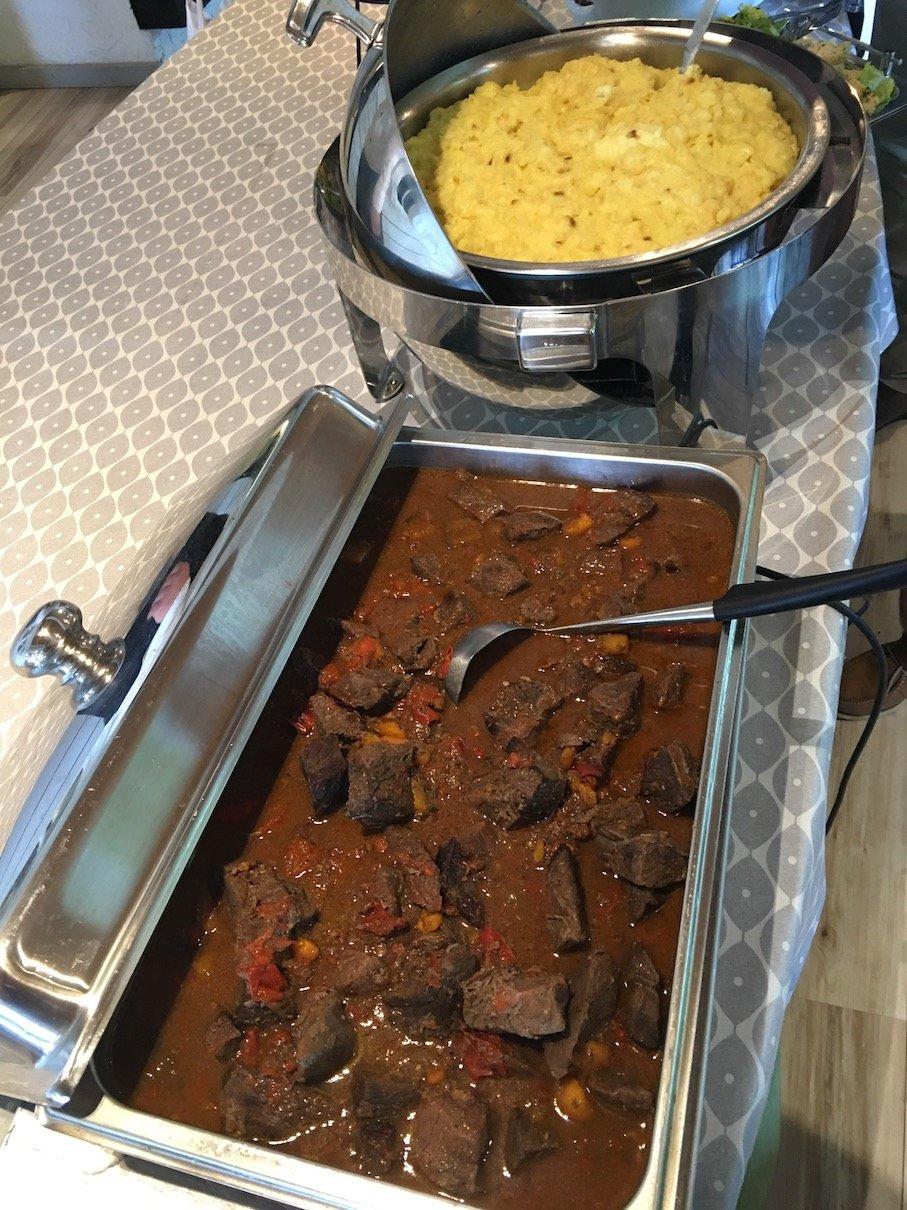 Leckeres Fleisch zum Mittagessen am letzten Tag kurz vor der Abreise aus Lehmonkärki Ressort