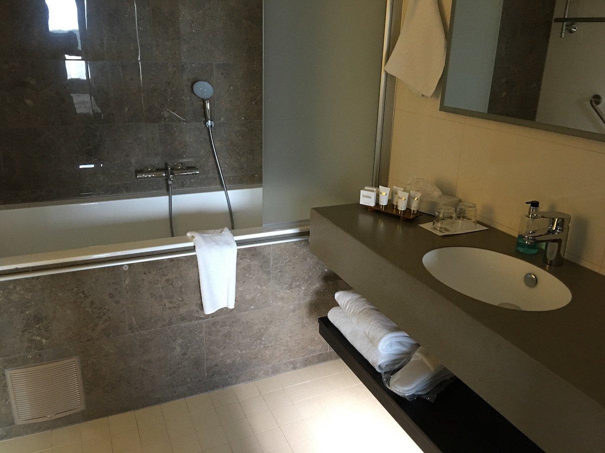 Bad mit Badewanne im Hotel Haikko