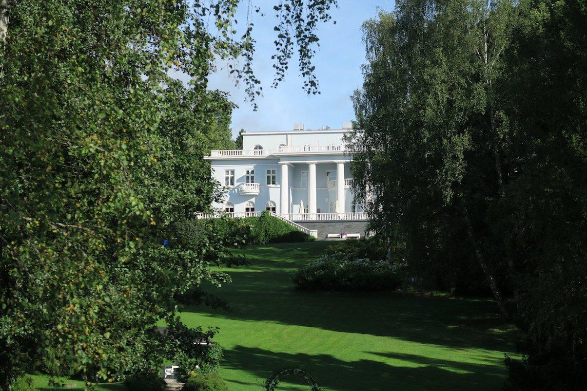 Blick auf das Stammhaus des Hotel Haikko vom Park aus