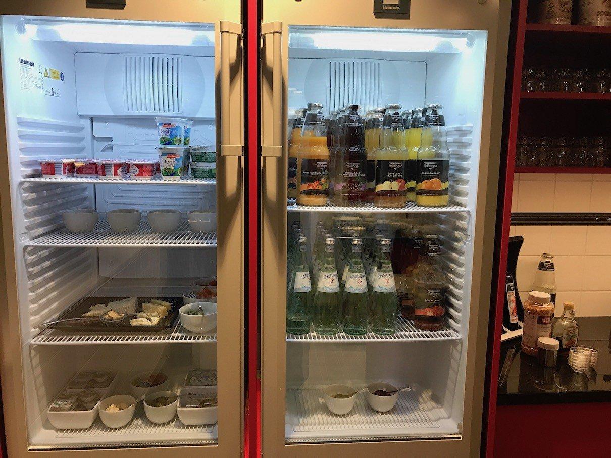 Kühlschrank mit Getränken, Butter, Käse und mehr