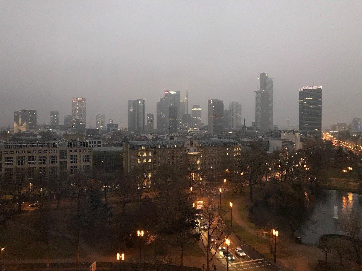 Ausblick auf das nächtliche Frankfurt vom Zimmer 932 des Aparthotels Adagio Frankfurt City Messe