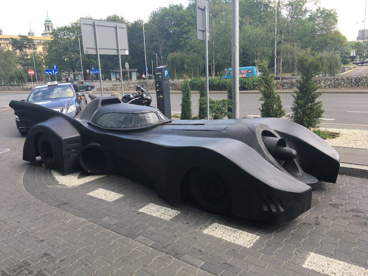 Ein Batmobil steht da auf einmal rum in Warschau..