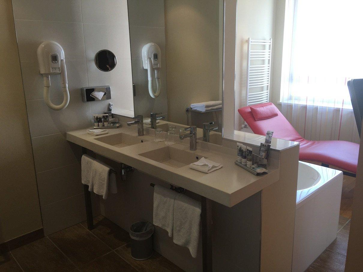 Waschbecken in der Suite des Hotel Mercure Warszawa Grand