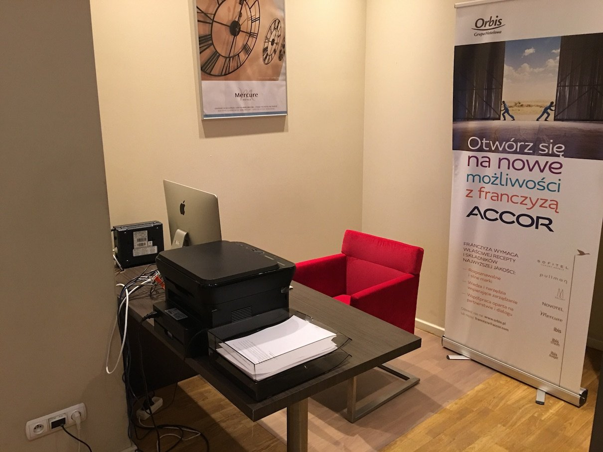 Business Corner mit iMAC im Hotel Mercure Warszawa Grand