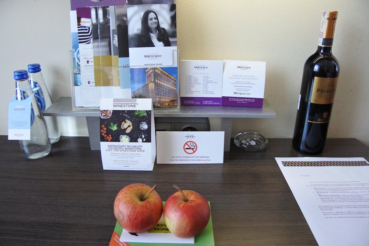 Wein, Obst und Wasser als Mitglied im Kundenclub in der Suite des Hotel Mercure Warszawa Grand