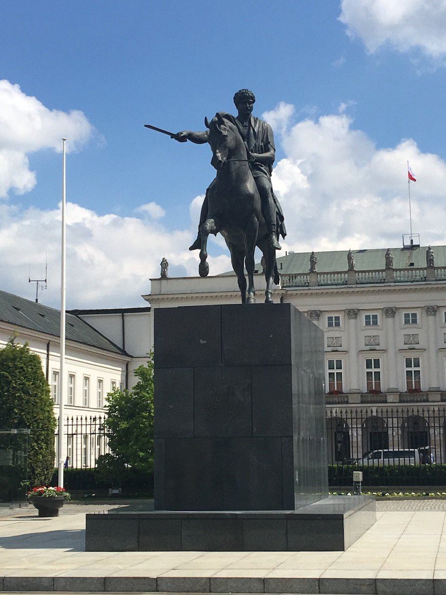 Das Józef-Poniatowski-Denkmal vor dem Präsidentenpalast in Warschau