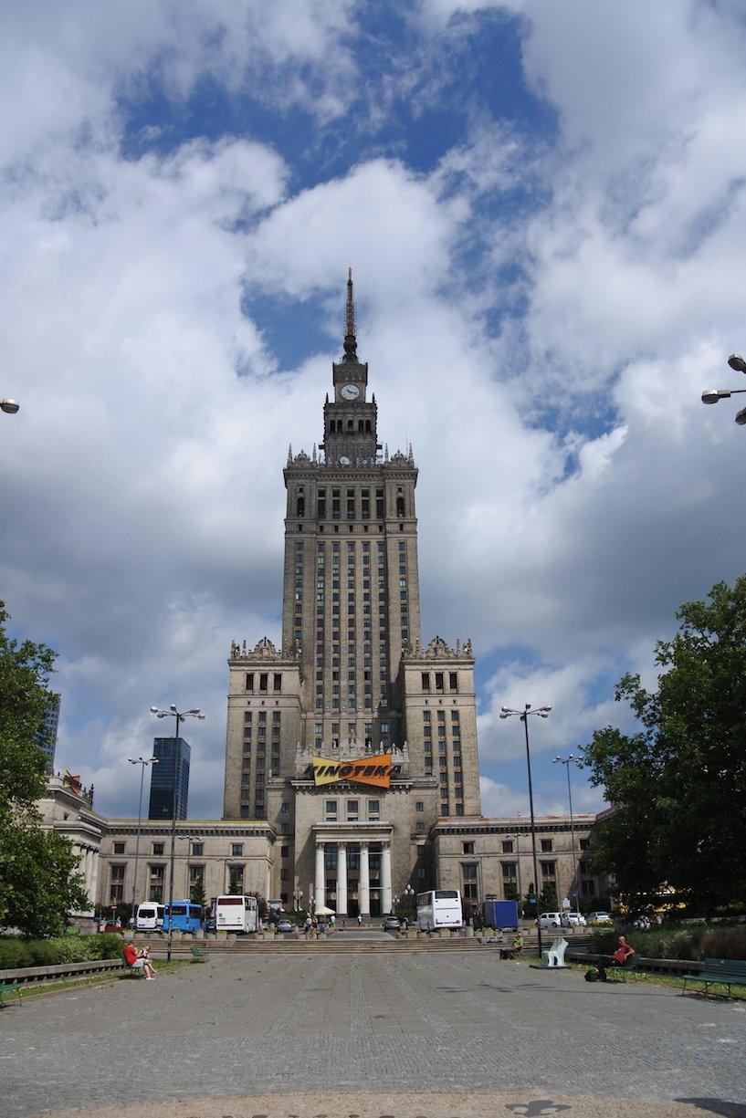 Der Kulturpalast in seiner wahren Pracht in Warschau
