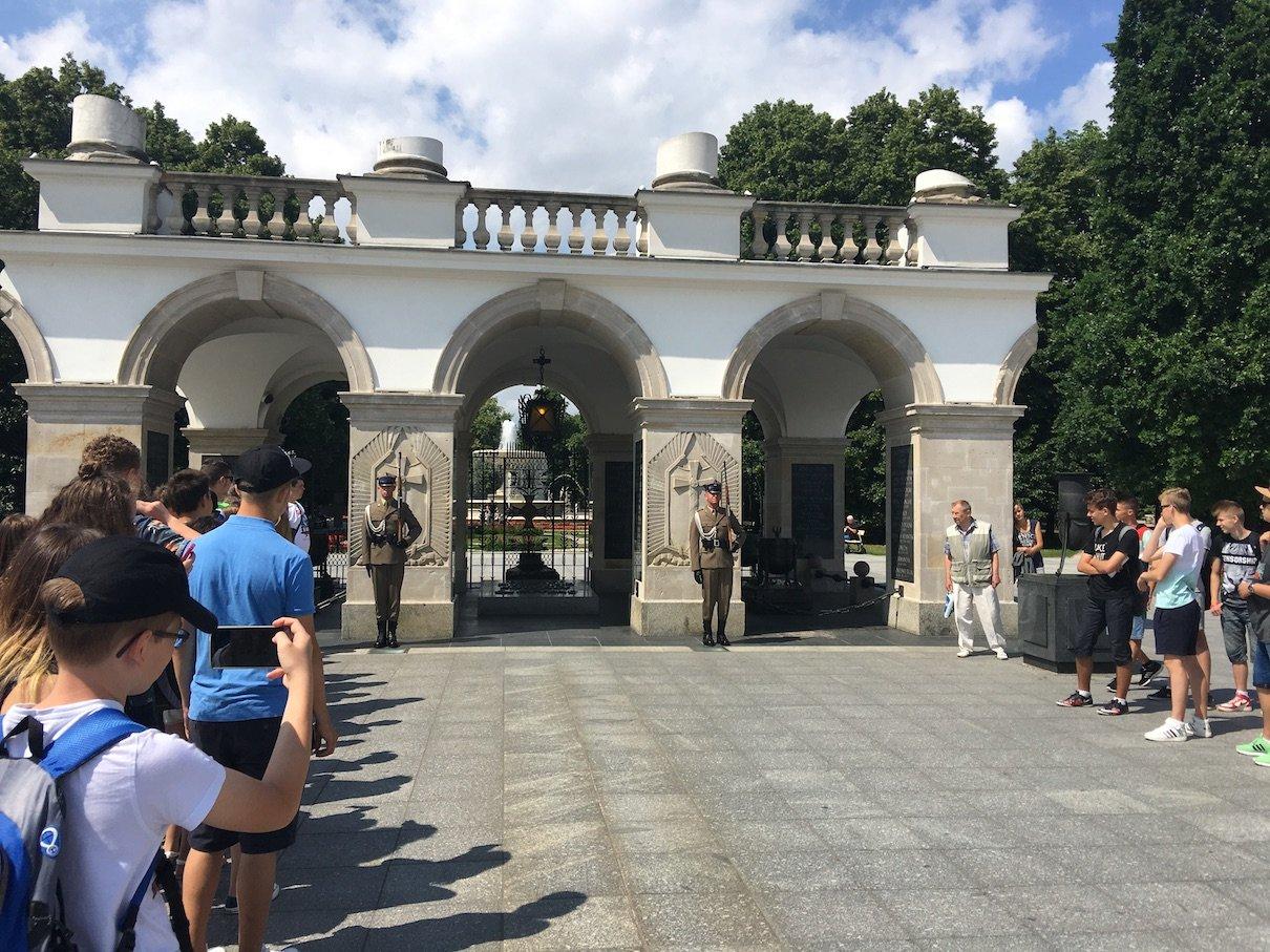 Da stehen sie, die Soldaten am Grab des unbekannten Soldaten und warten auf die Wachablösung
