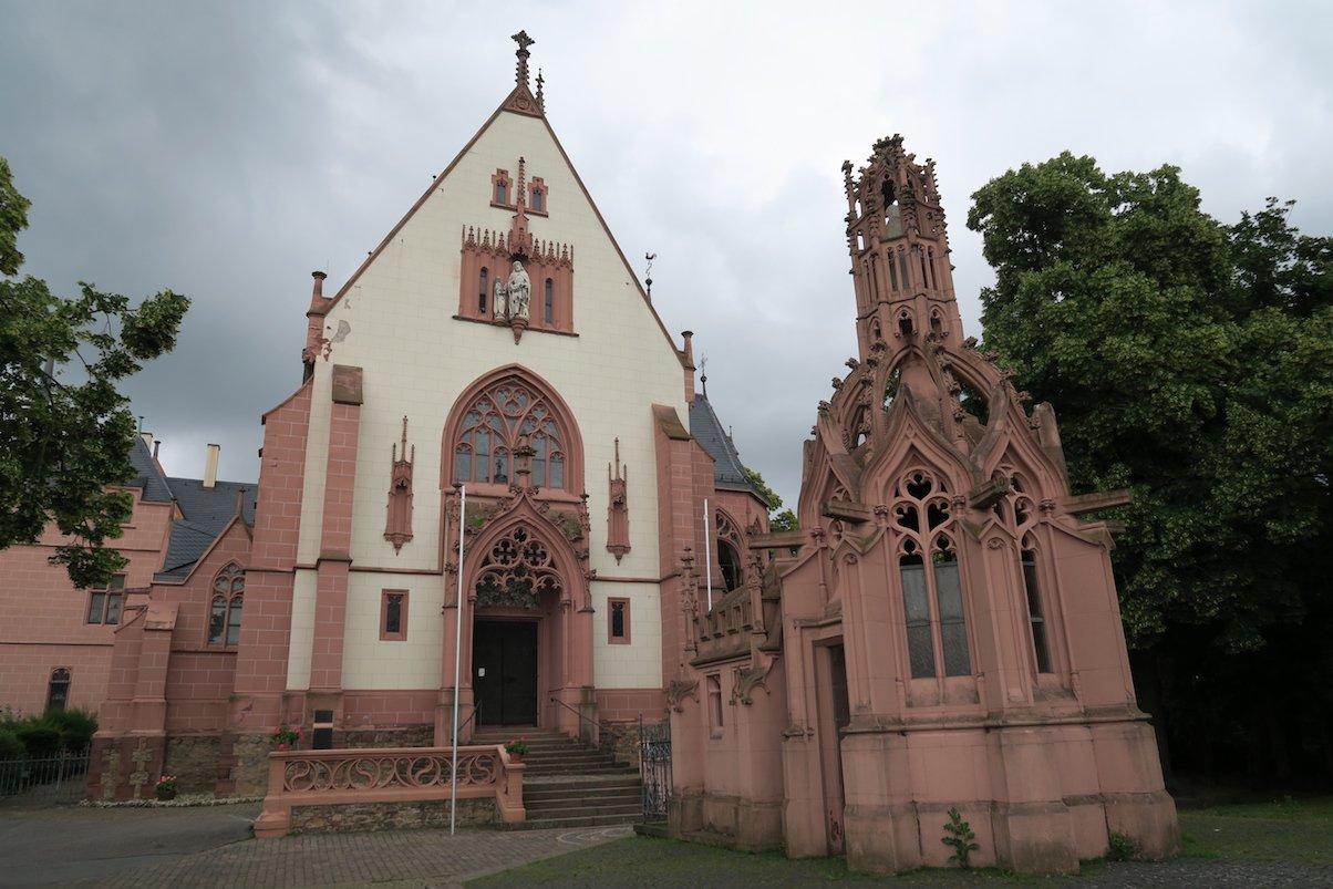 Katholische Wallfahrtskapelle St. Rochus mit der Bethlehemskapelle (rechts vorne)