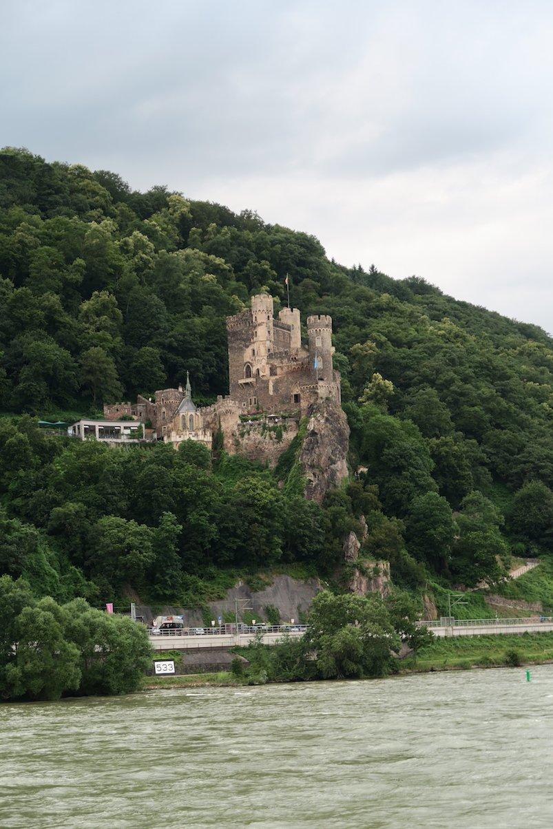 Das Romantik-Schloß Rheinstein am linken Ufer