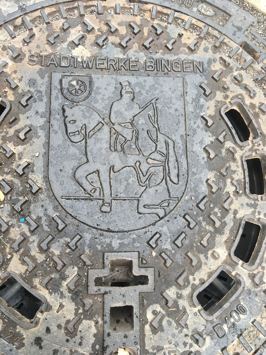 Gullideckel mit Reiter in Bingen