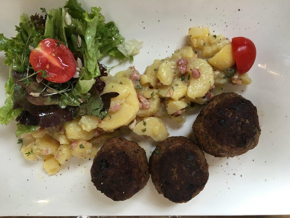 Fleischküchle und Kartoffelsalat mit Speck in der Vinothek Bingen