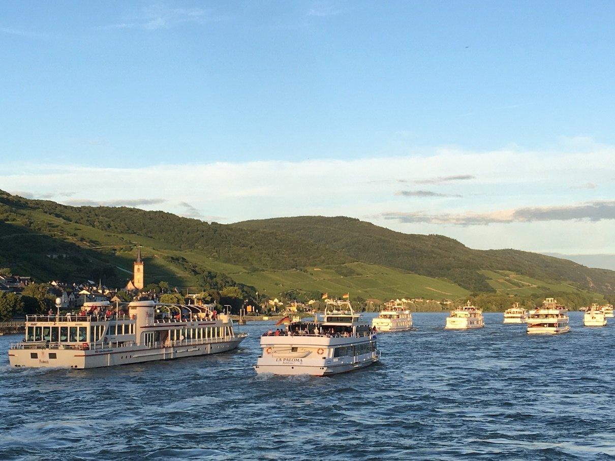 Schiffskonvoi zu Rhein in Flammen vor uns bei Brey