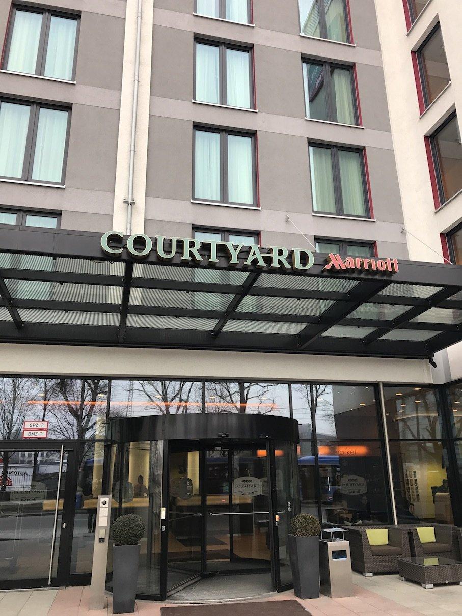 Der Eingang des Courtyard by Marriott München Ost