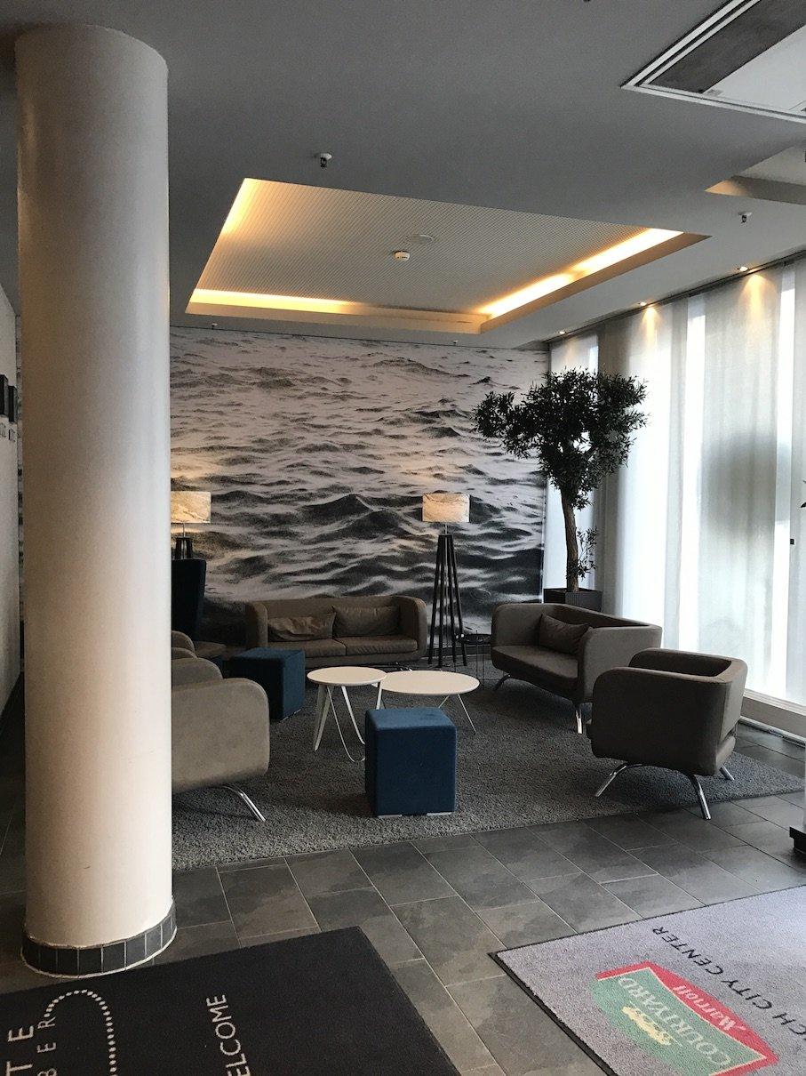 Wartebereich in der Lobby des Courtyard München Zentrum
