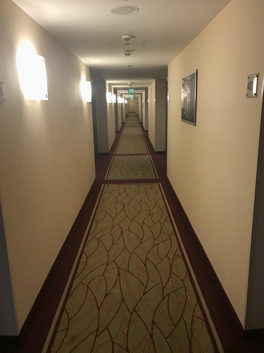 Der Gang zu meinem Zimmer. Weit ist es, mein Zimmer liegt ganz am Ende