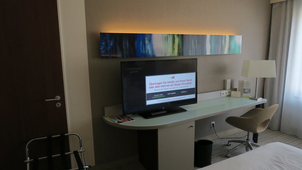 Schreibtisch mit großem 37 Zoll Fernseher im Deluxe-Zimmer im Courtyard München Zentrum