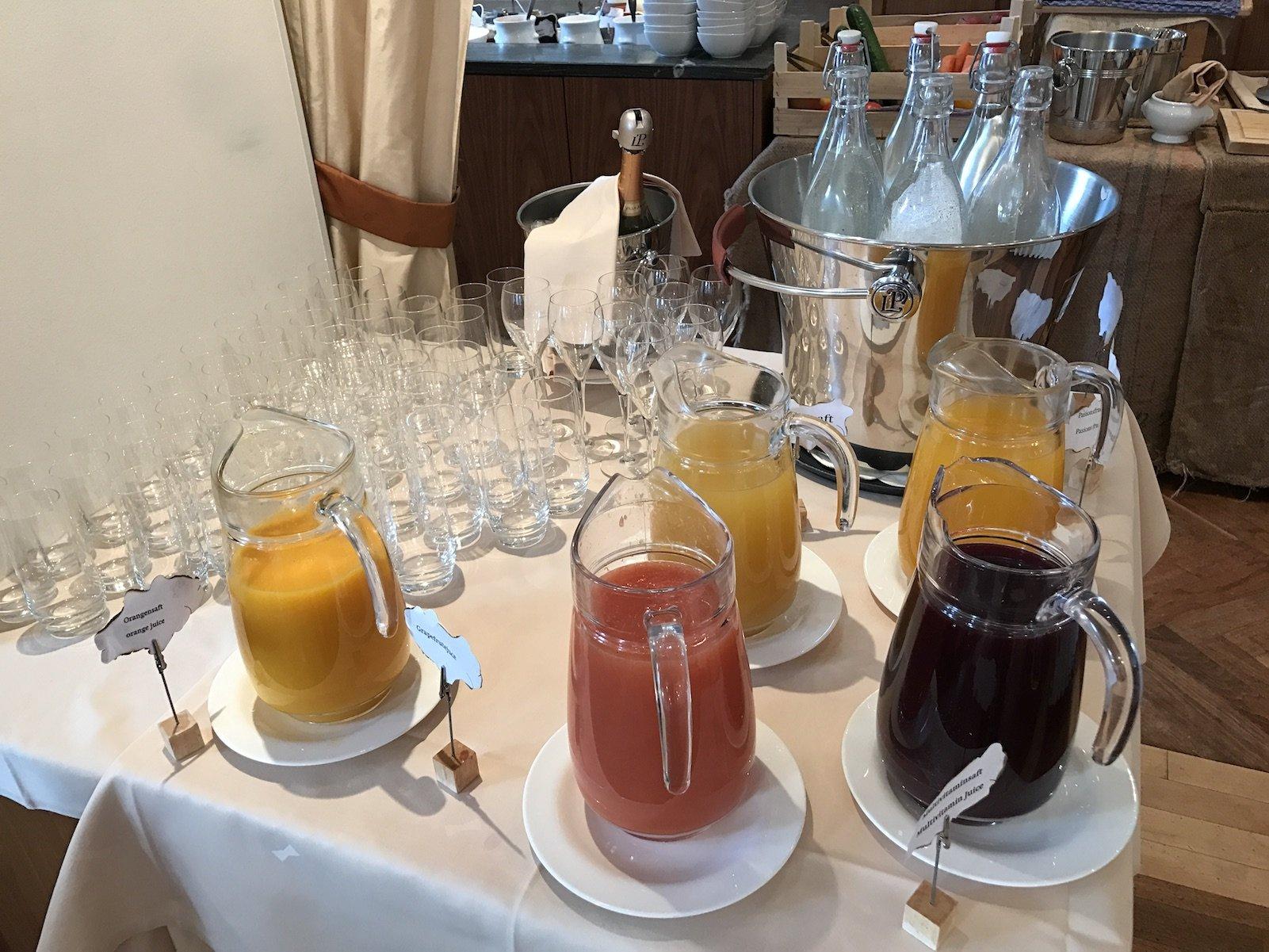 Säfte inklusive Prosecco zum Frühstück im Waldhotel Davos