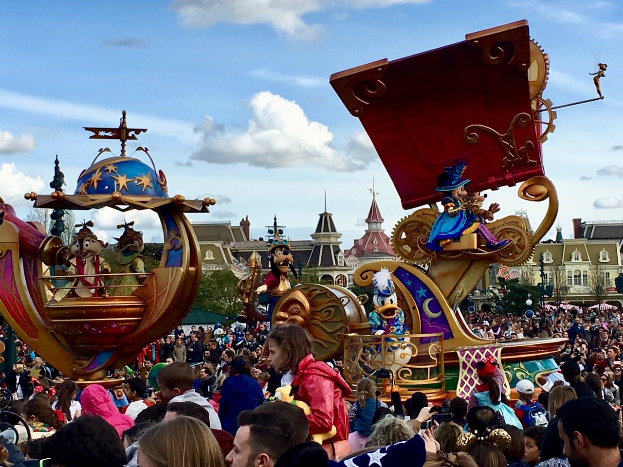Mickey Mouse führt die Parade an