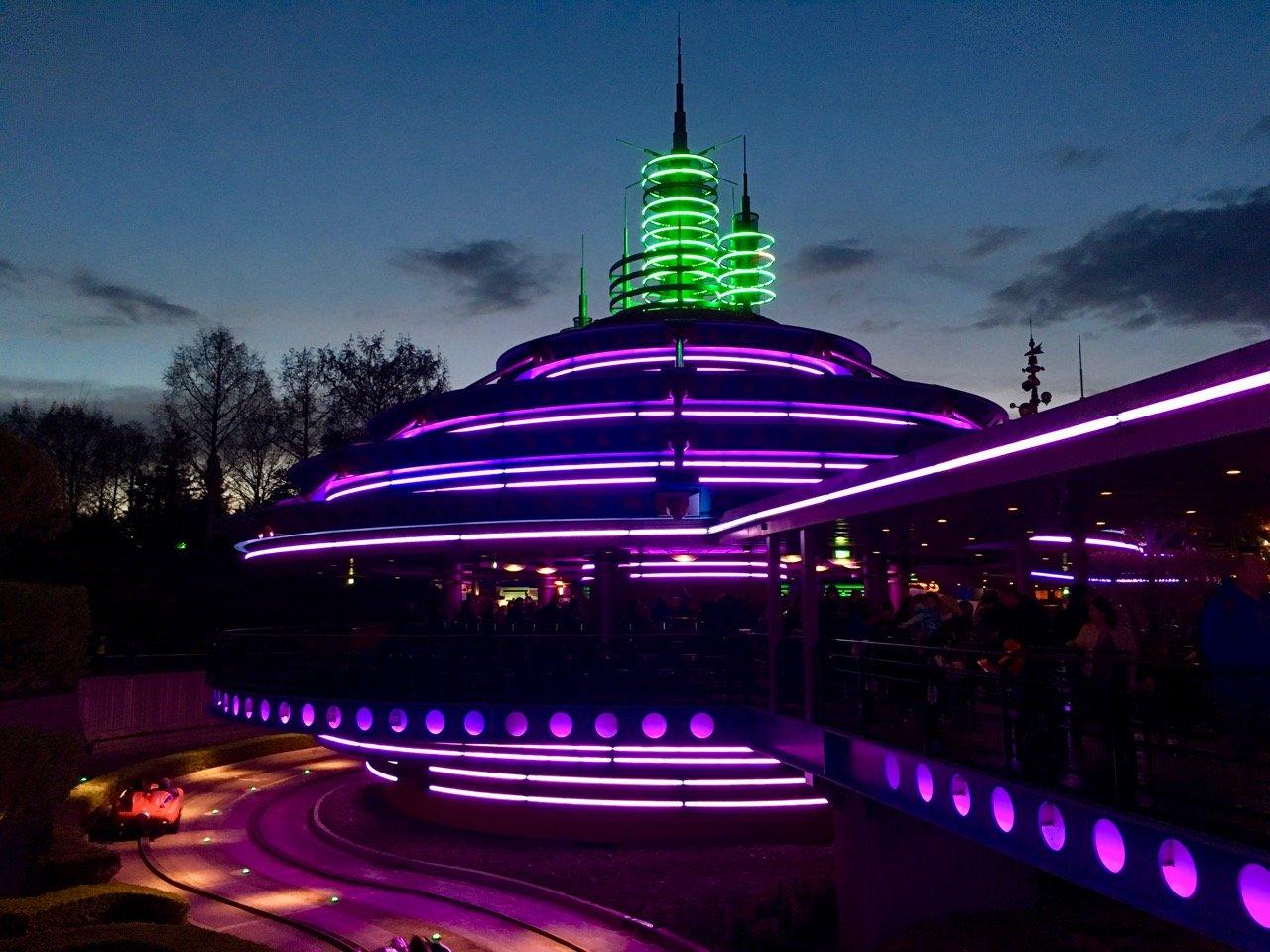 An vielen Stellen findet man noch stimmungsvolle Neonbeleuchtung