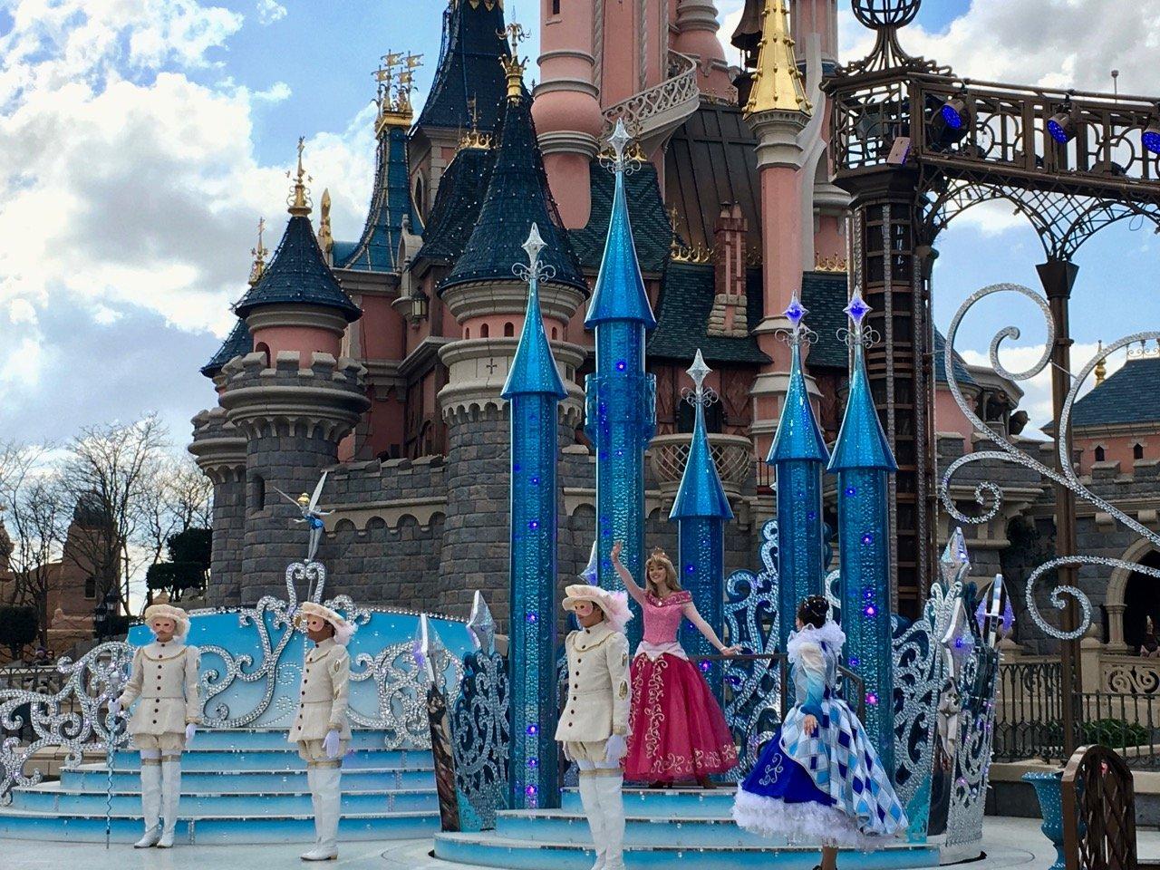 Direkt neben dem Schloss finden regelmäßig Shows statt