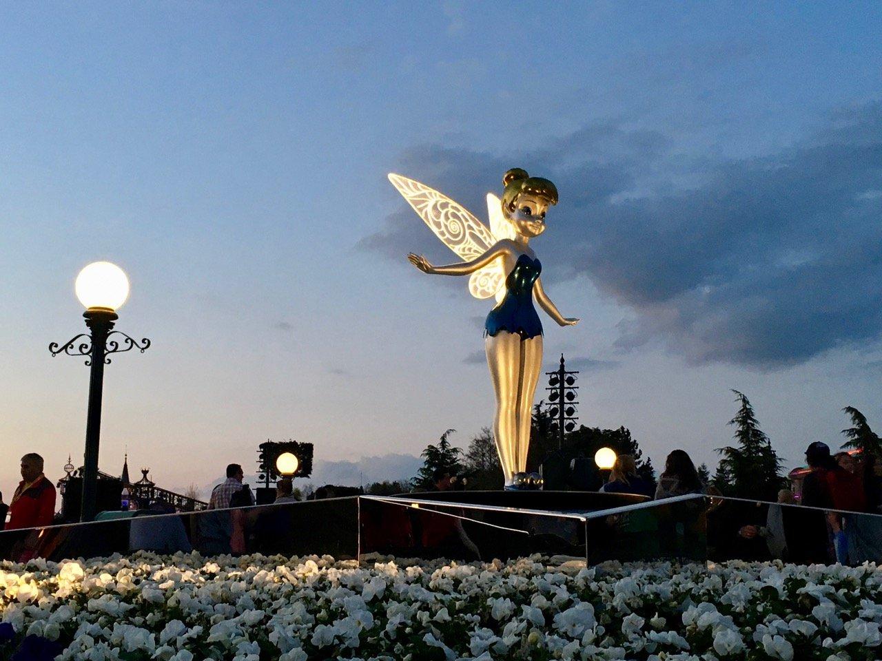 Tinkerbell ist eine der Figuren am zentralen Platz